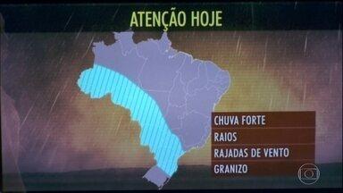 Tem alerta de temporais do norte gaúcho até o sul do Amazonas - O tempo fica instável no Centro-Oeste. No Sudeste, a previsão é de mais calor. A chuva se espalha por São Paulo, Triângulo Mineiro e Goiás.