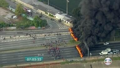 Manifestantes bloqueiam várias vias da capital - Os manifestantes montaram barricadas e atearam fogo em pneus em várias avenidas. O protesto é contra o impeachment da presidente Dilma Rousseff.