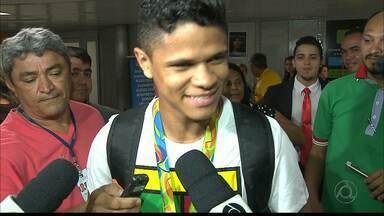 Jogador medalha olímpica de ouro Douglas Santos recebe homenagem na Paraíba - Douglas fez parte da seleção brasileira de futebol que participou da Olimpíada 2016 no Rio.