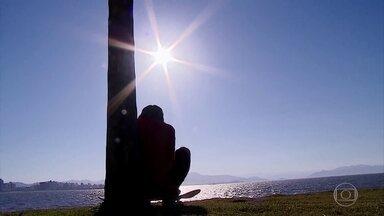 Na capital catarinense, 80% da população está carente de vitamina D, segundo laboratório - Em Florianópolis (SC), 80% da população está com falta de vitamina D, segundo análise de um laboratório. É que no inverno a exposição ao sol diminui. A vitamina produzida no organismo é estimulada pelos raios solares.