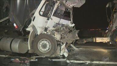 Uma pessoa morre em acidente entre duas carretas na Rodovia Anhanguera, em Sumaré - O motorista de um caminhão teria dormido ao volante, e bateu em um outro veículo. Ele morreu no local.
