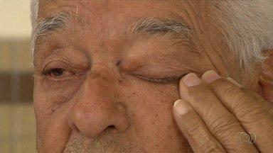 Aposentado espera por medicamento para evitar que fique cego, em Goiânia - Idoso chora ao saber que remédio só chega na farmácia pública em janeiro do ano que vem.