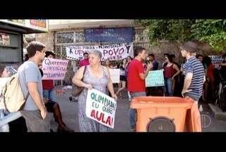 Estudantes da Uenf protestam em frente à Secretaria de Estado de Fazenda em Campos - Alunos pedem pagamento de verbas.