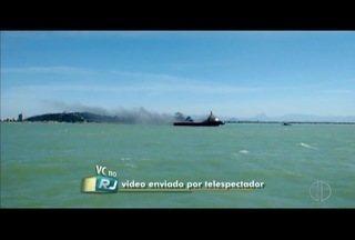 Rebocador ancorado em praia de Macaé, RJ, pega fogo - Incêndio foi nesta terça-feira (30).
