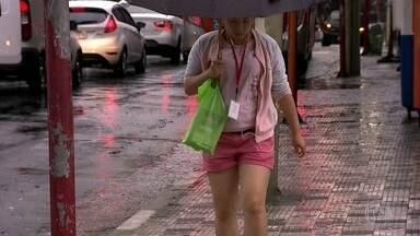 Quarta-feira (31) amanhece com cara de inverno em São Paulo - Céu encoberto, garoa e um ventinho mais gelado marcam esta quarta (31). Bem diferente do calor dos últimos dias.