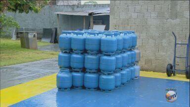 Botijão de gás chega a R$ 60 após maior reajuste em cinco anos - Valor médio do botijão de 13kg é de R$ 55, e passará por reajuste de 10%.