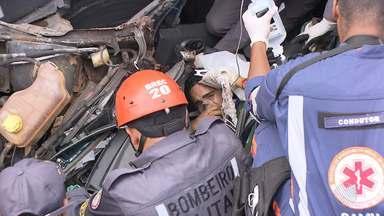 Homem fica preso às ferragens de carro em acidente na BR-324 - O acidente foi entre dois caminhões e um veículo de passeio; confira os detalhes.