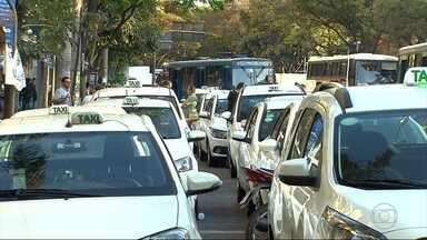 Taxistas em BH fazem ato para cobrar início da fiscalização de motoristas do Uber - Segundo a BHTrans, por força de decisões judiciais, não pode fiscalizar os aplicativos, bem como a operação de forma irregular por parte de pessoas físicas.