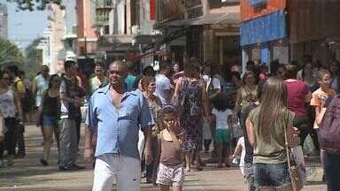 Comércio de Ribeirão tem melhor saldo de contratações desde novembro de 2014 - Após nove meses de queda nas vendas e demissões em massa, lojistas começam a reagir.
