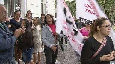 Funcionários de creches em São Vicente participam de mobilização - Manifestação é mais uma vez para cobrar o que ainda não receberam.