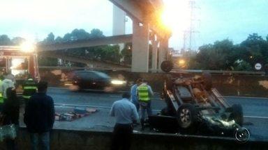 Motorista perde controle da direção e capota caminhonete na rodovia - Duas pessoas ficaram levemente feridas após a caminhonete em que estavam capotar na manhã desta quarta-feira (31), na rodovia Washington Luís, em São José do Rio Preto (SP).