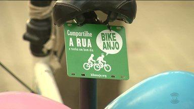 Voluntários do grupo Bike Anjo ensinam adultos e crianças a andar de bicicleta - 'Bike Anjo' ensina e estimua a prática do ciclismo nas cidades.