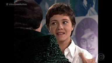 Relembre a entrevista de Adriana Esteves a Alberto Roberto - Em 1999, atriz participou do 'Zorra Total' ao lado de Chico Anysio e Lúcio Mauro