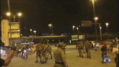 Imagens mostram confronto de policiais com manifestantes - Imagens mostram confronto de policiais com manifestantes
