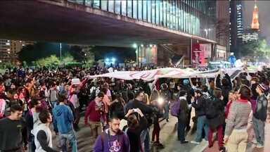 Avenida Paulista recebe manifestações contra e a favor do impeachment - Ao longo de todo o processo do impeachment de Dilma Rousseff, a Avenida Paulista foi um dos principais endereços dos grupos que defendiam e dos que condenavam o afastamento da agora ex-presidente.