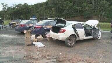 PRF encontra drogas em carro roubado na BR-116 em Juquiá, SP - Um homem foi preso na manhã desta quarta-feira (31) com um carro roubado abastecido com drogas e carregadores de pistola, na rodovia Régis Bittencourt (BR-116), altura da cidade de Juquiá, na região do Vale do Ribeira, interior de São Paulo. Antes de ser detido, no entanto, o suspeito tentou atropelar um policial rodoviário federal.