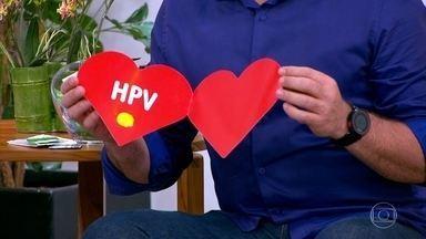 Vírus do HPV é transmitido pelo contato de pele, mucosa, boca ou genital - Só a camisinha pode não ser suficiente para conter o HPV. O vírus não está relacionado à troca de fluidos sexuais, mas com o contato de pele, mucosa, boca ou genital.