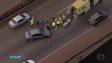 Acidente entre carro e moto prejudica trânsito na BR-040 em Nova Lima, sentido RJ - Pelo menos uma pessoa ficou ferida. Ela foi socorrida por equipes da concessionária que administra a rodovia.