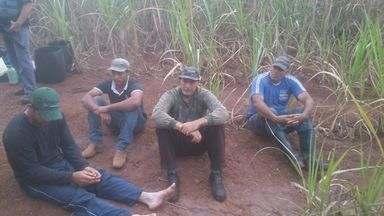 Quatro são presos por suspeita de caça ilegal em Santa Rosa de Viterbo, SP - Os homens estavam em um matagal próximo a Hidrelétrica de Itaipava, e tinham ferramentas de caça.