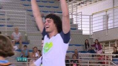 Anderson Varejão visita projeto social no ES - Ele jogou basquete com alunos no último sábado (3).