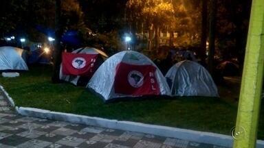 Integrantes do MSL montam acampamento em praça de Bauru - Integrantes do Movimento Social de Luta (MSL) montaram acampamento na Praça das Cerejeiras, em Bauru (SP), na noite de domingo (4). De acordo com a estimativa da Polícia Militar, cerca de 600 pessoas participam do protesto no gramado da praça.