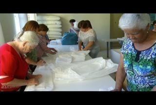 Voluntários confeccionam fraldas e doam a quem precisa em Petrópolis, no RJ - Projeto é da Paróquia do bairro Nogueira.