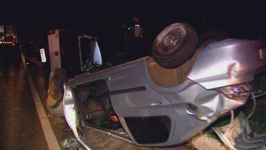 Colisão frontal mata duas pessoas na SP-255, em Boa Esperança do Sul - Três veículos se envolveram no acidente, que deixou ainda pessoas feridas.