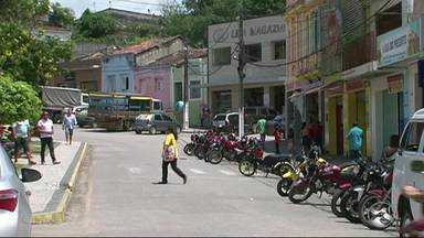 Moradores de Canhotinho reclamam da quantidade de muriçocas no município - Escassez de chuvas estaria entre os principais motivos da infestação.