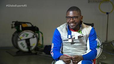 Esgrimista que sonhava ser jogador de futebol vai representar o Brasil nas Paralimpíadas - Vanderson levou um tiro do tio, dentro de casa e ficou paraplégico.