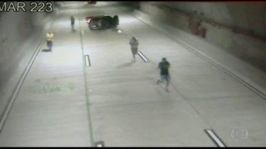 Câmeras gravam ação de bandidos em túnel na Zona Portuária do Rio - Nas imagens é possível ver os criminosos armados descendo de um carro e correndo pelas pistas. Policiais da UPP da Providência apreenderam um menor suspeito de participar de uma tentativa de assalto, que terminou com a morte de uma arquiteta.