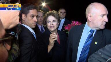 Dilma encontra apoiadores após desembarcar no RS - Ex-presidente chegou à Base Aérea de Canoas em avião da FAB.