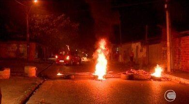 População bloqueia rua e ateia fogo em protesto por problemas de energia - População bloqueia rua e ateia fogo em protesto por problemas de energia