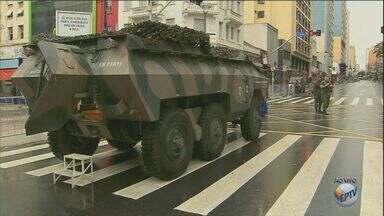 Campinas tem ruas bloqueadas para desfile de 7 de Setembro - Campinas tem nesta quarta-feira bloqueio de ruas e avenidas por causa do desfile de 7 de Setembro. 69 linhas de ônibus também sofreram alteração.
