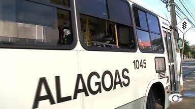 Homem quebra janela de ônibus em Maceió - Vandalismo resultou em prisão do suspeito que foi autuado na Central de Flagrantes do Farol.