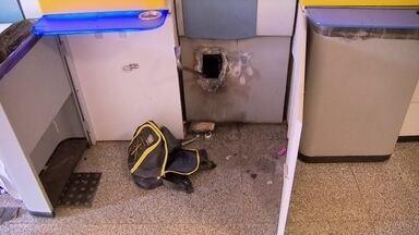 Ladrões arrombam caixa eletrônico em Águas Claras - Os criminosos agiram num posto de autoatendimento e usaram um maçarico e um pé de cabra para arrombar o caixa eletrônico.