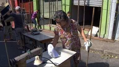Moradores têm acesso a casas que ameaçam desabar no bairro João Pinheiro, em BH - Entrada foi liberada para retirar objetos. O local está interditado desde segunda-feira (5), quando parte da rua começou a afundar. A Copasa avalia se um vazamento causo o problema.