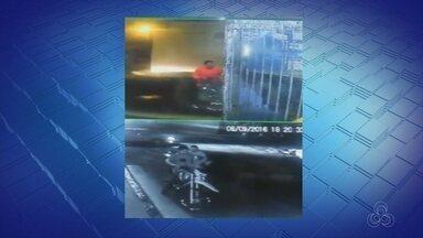 Câmera de segurança flagra assalto a moto em Manaus - Homem roubou veículo e fugiu; veja imagens.