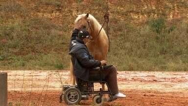 Uma história de superação - Renato perdeu o movimento das pernas depois de um acidente, mas ele não perdeu o amor por cavalos e hoje é um dos melhores treinadores do nosso interior. Confira essa história: