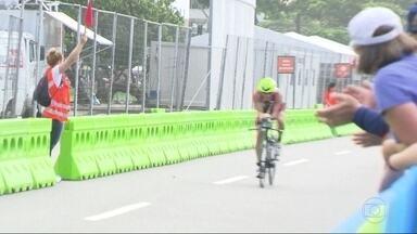 Prova de triatlo da Paralímpiada anima torcida na praia de Copacabana - Atletas nadaram, correram e andaram de bicicleta. Público encheu a areia da praia e o calçadão pra assistir a competição.