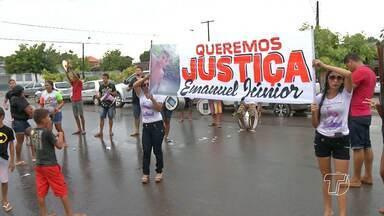Familiares de rapaz morto atropelado protestam em frente à delegacia - Ato foi realizado com a intenção de pedir mais rigor nas investigações. Adolescente estava em uma moto com o pai quando foi atropelado.