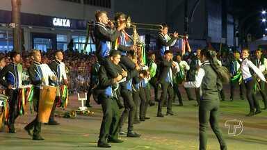 2ª noite de disputa do Festival de Bandas e Fanfarras leva milhares de pessoas a orla - As bandas mais uma vez deram um show de criatividade. O resultado será divulgado na noite deste sábado (10).