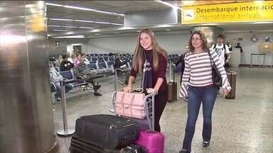 Modelo brasileira que ficou detida nos EUA chega a São Paulo - Liliane Matte, de 17 anos, estava detida nos Estados Unidos desde o dia 22 de agosto. Ela tentou entrar nos Estados Unidos pelo aeroporto de Miami e, apesar de ter toda a documentação em ordem, foi barrada pela imigração e transferida para um abrigo