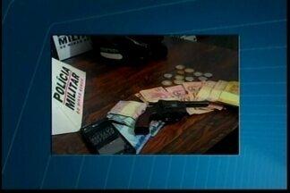 Casal suspeito de roubos é preso em Divinópolis - Jovens foram detidos após assalto a bar.Com eles, Polícia Militar apreendeu moto e dinheiro.