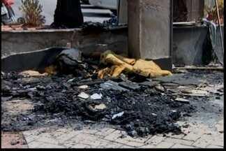 Bombeiros controlam incêndio em praça perto da Câmara em Divinópolis - Incêndio foi controlado rapidamente. PM foi acionada para registro de ocorrência.
