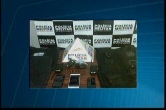 Trio é detido e arma apreendida em Divinópolis - Polícia também apreendeu coletes balísticos e rádios comunicadores. Eles também são suspeitos de participar de arrombamentos de caixas eletrônicos na região.