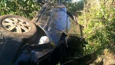 Motorista de 71 anos morre após cair em ribanceira de 30 metros - Acidente foi na SP-315, que liga Duartina a Lucianópolis. Segundo os bombeiros, idoso perdeu o controle do veículo.