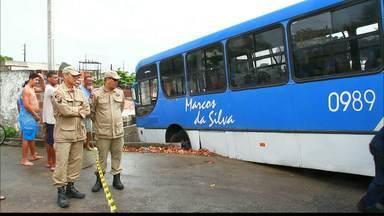 Ônibus desce ladeira e atinge casa no Bairro São José - O acidente poderia ter causado uma tragédia.