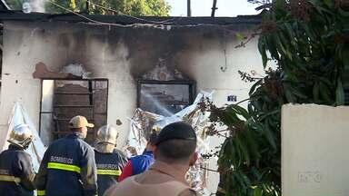 Homem de 69 anos morre em incêndio em Maringá - A casa dele que fica no Conjunto Santa Felicidade pegou fogo.