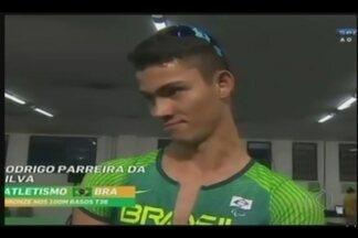 Competidor de Uberlândia conquista bronze nos 100 metros rasos na Paralimpíada do Rio - Rodrigo Parreira também vai competir no salto em distância masculino classe T36. Mãe do atleta fala da emoção de ver o filho conquistar medalha.
