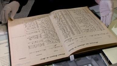 Metrô de SP acha caderno de 1920; Fantástico investiga a sua história - Datado de 1920, ele traz desenhos, poemas e um diário, além de pistas, como um bilhete para devolver o achado para a família de uma mulher.